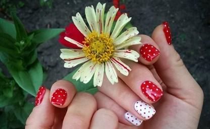 Дизайн ногтей с красным гель лаком с песком Данный дизайн
