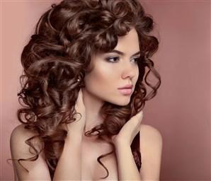 Стрижки на кудрявые волосы стильные прически средней