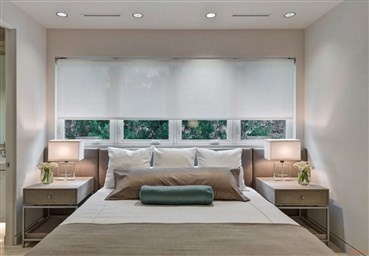 Кровать с изголовьем у окна плюсы и минусы такого