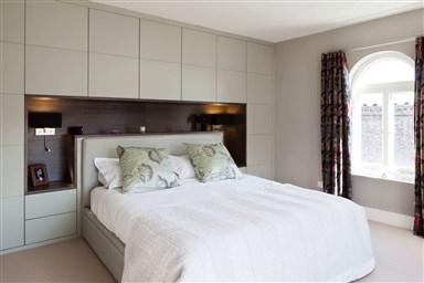 Дизайн спальной комнаты со шкафом над кроватью